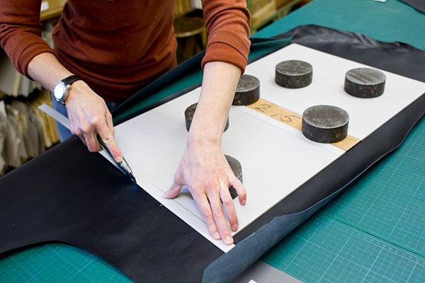 Buchbinderei – Zuschnitt Lederportfolio